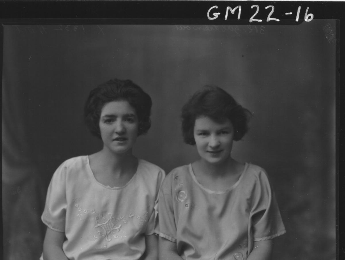 portrait of two young women H/S, Hart