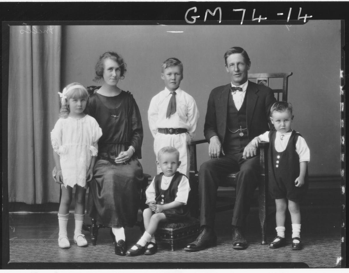 PORTRIAT OF WOMAN, MAN AND FOUR CHILDREN, F/L, MILLS
