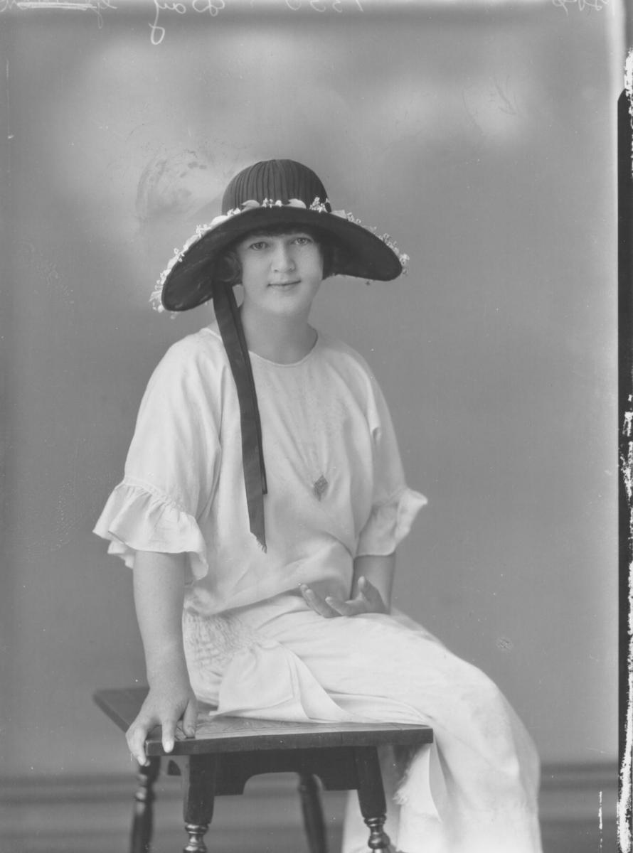 PORTRAIT OF WOMAN, EDWARDS