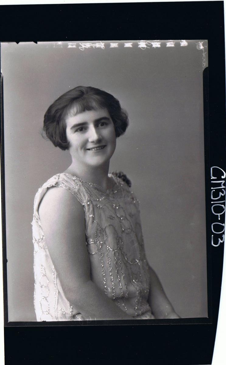 1/2 Portrait of woman wearing dress with sequins (side view) 'Martin'