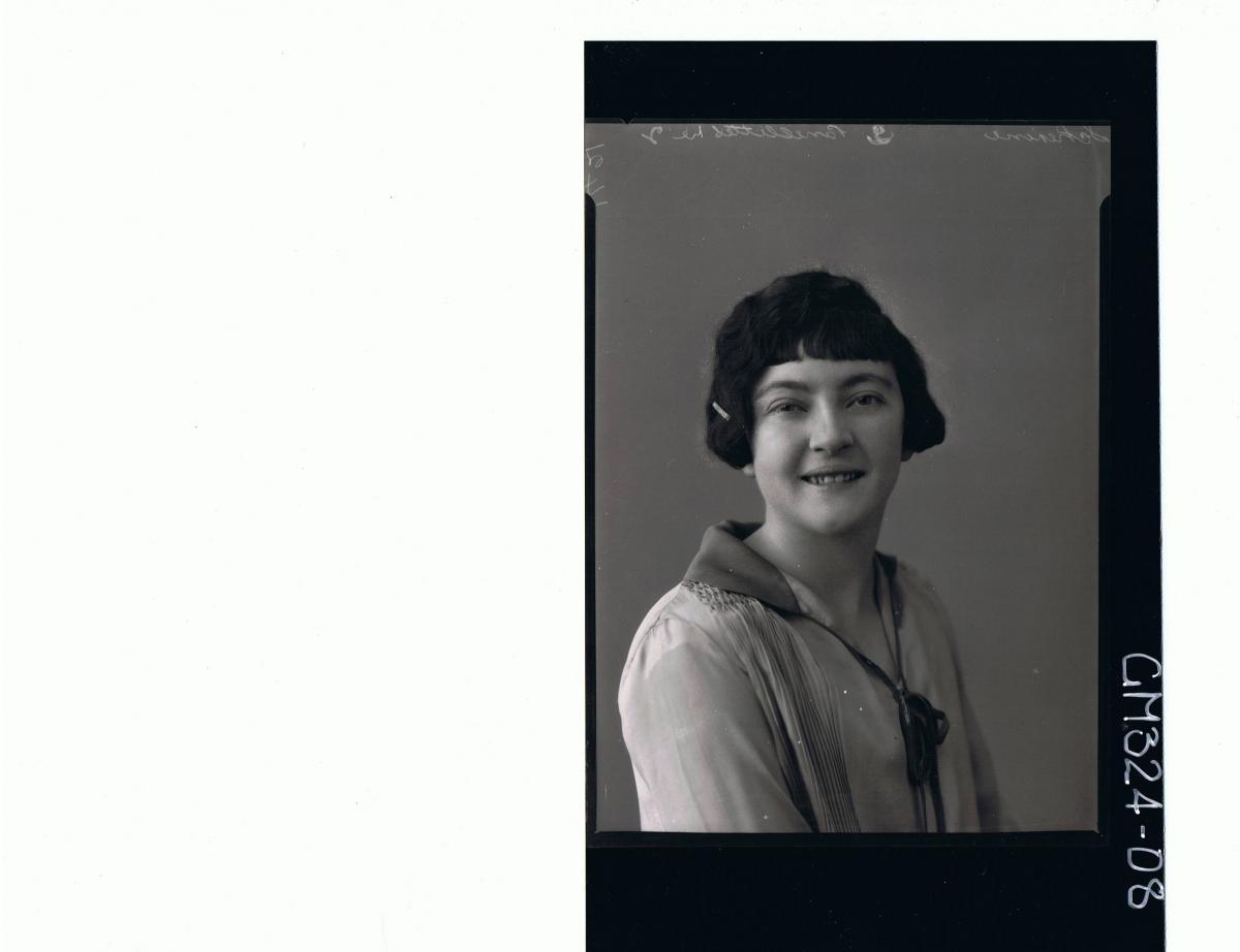 H/S Portrait of woman wearing day dress (side view) 'Scherini'