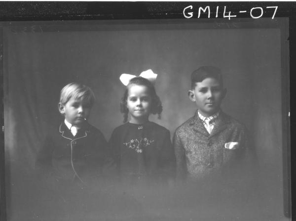 portrait of one girl and two boys H/S, 'Erbe'