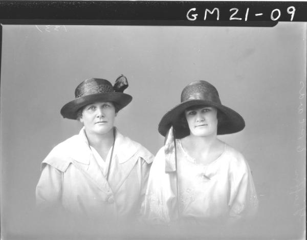 portrait of two women H/S, Graffen