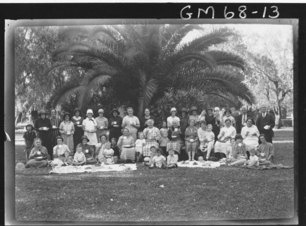 LARGE PICNIC GROUP IN PARK, KALGOORLIE SALVATIONISTS