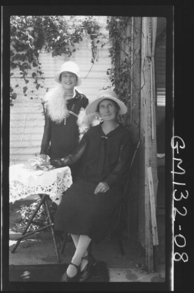 Outdoor picture of two women 'Allen'
