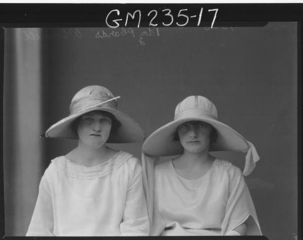 Portrait of two women 'O'Connell'