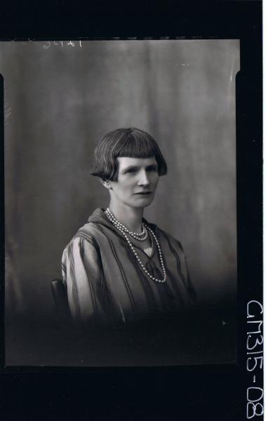 H/S Portrait of woman wearing beads around neck 'Meyer'