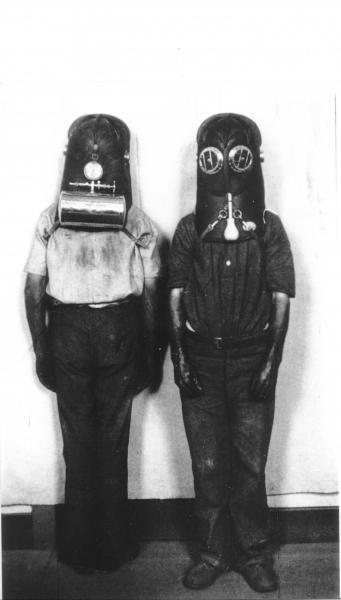 Front and back views of vajen-bader breathing apparatus.