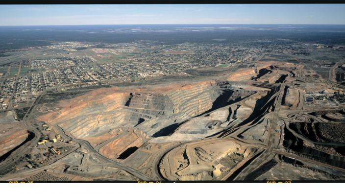 The Super Pit with the City of Kalgoorlie-Boulder in the background, ca. 1999.