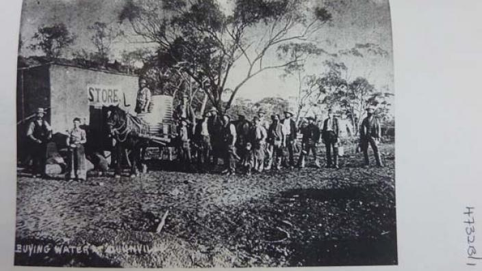Image of men queuing for water at Dunnsville, NNW of Coolgardie, c.1890s