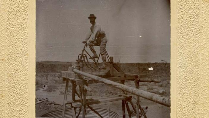 Image of a man pumping water on the goldfields, c.1900
