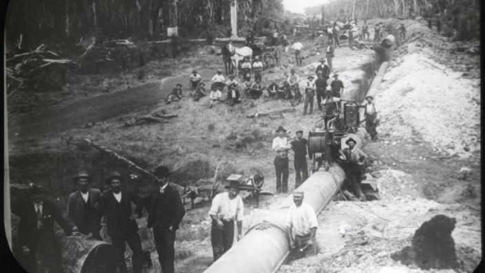 Men laying pipes across the Darling Ranges, c.1902