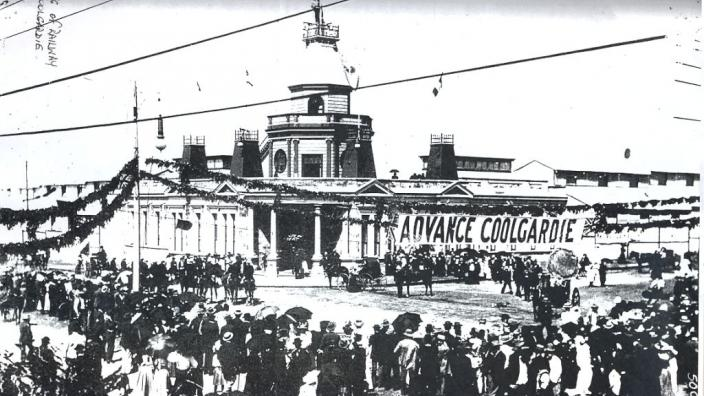 Crowds in front of the Coolgardie Exhibition Building, 1899.