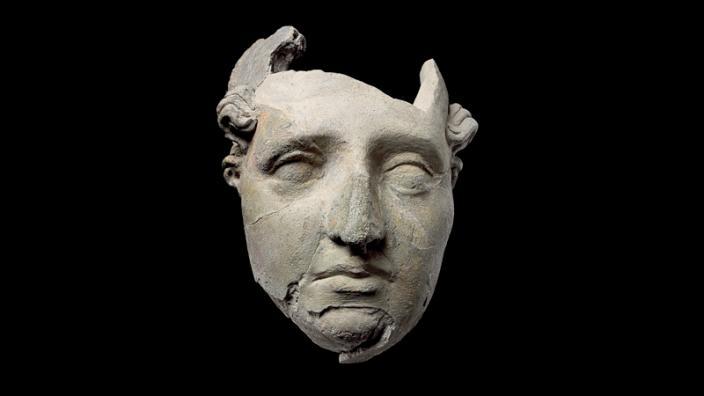 MALE OR FEMALE HEAD, AÏ KHANUM. UNFIRED CLAY. 2ND CENTURY BC