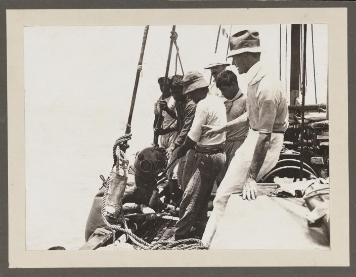 Master pearler and crew as they haul in their diver.