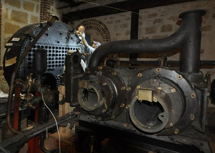 Volunteer Marine engineers join museum staff in helping develop the engine exhi