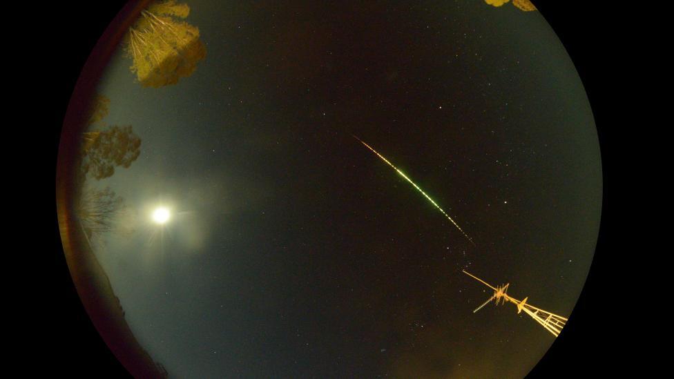 Fireball shooting through night sky caught on camera in Perenjori